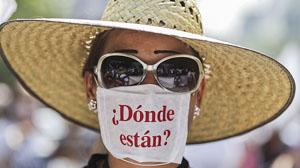 MEX04. CIUDAD DE MÉXICO (MÉXICO), 10/05/2016.- Familiares de personas desaparecidas participan en la V Marcha de la Dignidad Nacional hoy, martes 10 de mayo de 2016, en el centro de Ciudad de México (México). EFE/Alex Cruz