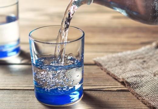 Bebe más agua. Este consejo simple y holístico es la mejor manera de optimizar la salud urológica.