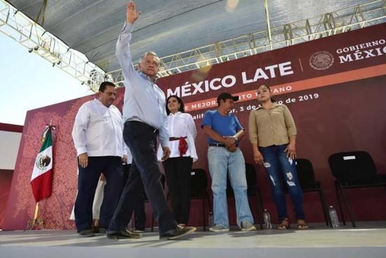 """López Obrador dice no al contraste """"ofensivo"""" de los grandes hoteles y la pobreza"""